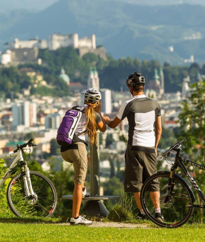 Radfahren mit Blick auf Salzburg © SalzburgerLand Tourismu